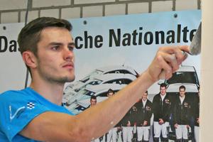Niklas Grobert, Goldmedaillengewinner im Gewerk der Stuckateure, bei Spachtelarbeiten