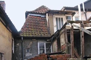 Auf der Gebäuderückseite war auch der Zustand von außen verheerend. Hinzu kammen verfallene Anbauten im Innenhof<br />