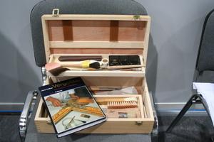 Buch und Werkzeug, das man für die Ausführung und das Erlernen von Veroldungsarbeiten braucht<br />