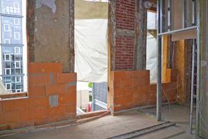 """Die """"Poroton-WDF""""-Ziegel werden im Dünnbettmörtelverfahren vor der bestehenden Wand aufgemauert. Sogar Verteilerdosen oder Trockenwände können in beziehungsweise an der Innendämmung untergebracht werden"""