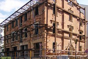 Rechts: Sicherung des völlig entkernten Gebäudes mit einer Stahlkonstruktion<br />