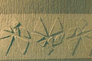 Tangram-Motiv auf dem gleichfarbigen Band an einer Fassade<br /><br />