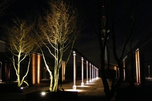 Außenanlage um die Schanzen-Höfe in Hamburg bei Nacht<br />
