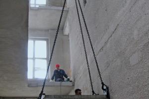 Für das neue Treppenhaus schnitten die Handwerker die Stahlbetondecken auf und montierten an die neue Innenwand einläufige Treppen aus Betonfertigteilen<br />Foto: Harald Gasmann / k.u.g.-architekten<br />