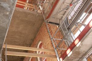 Blick ins 21 m hohe Treppenhaus im Rohbauzustand