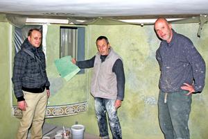 Baubesprechung mit Mustern zur Wandgestaltung