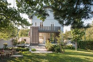 Blick auf die Villa mit Erweiterung vom Garten aus