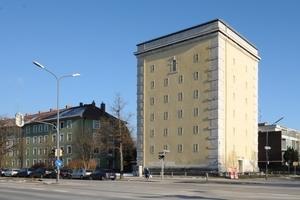 Der 1943 an der Münchner Ungererstraße erbaute Hochbunker zeigt deutlich den Willen zur Gliederung der Fassaden mit Gesimsen und bossierten Ecken aus Naturstein sowie geputzten Fenstergewänden, die formal der Renaissance entlehnt sind Fotos (2): Christine Dempf für Euroboden
