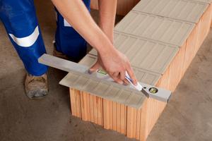 Ein einfaches Cuttermesser reicht für das Zuschneiden der Mörtelplatten aus
