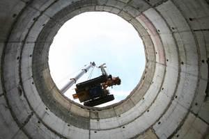 """Hier """"schwebt"""" die Maschine für die Bohrpfahlgründung an einem der größten Teleskopkräne Europas in den Bunke ein"""