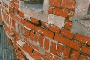 Erhaltenswertes Sichtmauerwerk, das mit viel zu hartem Zementmörtel (in schlechter Ausführung) aufgearbeitet wurde<br />