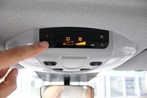 Die Klimatisierung für die Fondpassagiere wird separat über Bedienelemente am Wagenhimmel gesteuert