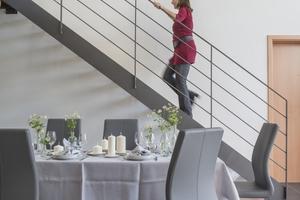 Die offene Treppe verbindet die einzelnen Ebenen der umgebauten Scheune