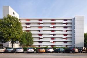 Laubengänge, neu getaktet: Kräftige Farbflächen durchbrechen an diesem Hamburger Gebäude die einstmalige Monotonie. Hierfür gab es in der Kategorie Wohn- und Geschäftshäuser den 3. Preis
