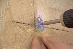Rechts: Verschraubt wird die Platte mit Schrauben mit Tellerkopf oder Halteteller