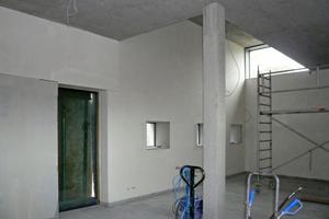 Die großen Wandflächen erhielten einen Kalkinnenputz und einen Anstrich mit reiner Silikatfarbe