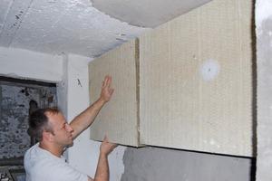 Neben der Decke zum unbeheizten Keller mussten auch die Flanken der Kellerdecke entsprechend dick gedämmt werden<br />