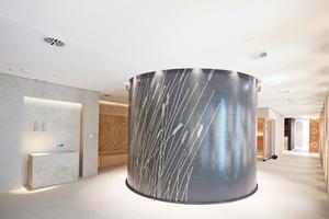 Die imprägnierten Bauplatten wurden zur inneren und äußeren Beplankung der Dampfsauna vorgenässt, um sie besser anpassen zu können