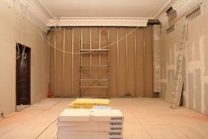 Links: Im Altbau versteckt sich die Wandflächenheizung in den hohen Trockenbauwänden<br />Foto: Thomas Wieckhorst<br />