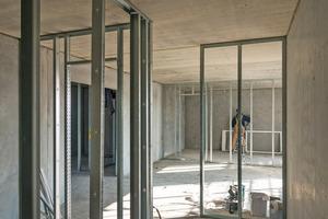 """Etwa 25 bis 30 Prozent der Innenwände errichteten die Trockenbauer als Leichtbauwände auf einem Metallständerwerk<span class=""""bildnachweis"""">Fotos: Andreas Franz<br />Xaver Süß / Howoge</span>"""