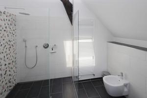 Das Bad in der Ferienwohnung im Dachgeschoss