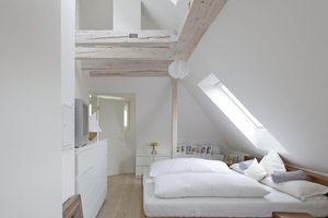 """Den gut erhaltenen, reizvollen Dachstuhl legten die Architekten frei und öffnete den Spitzboden. Dort oben fügten sie ein Velux Elektrofenster mit Funksteuerung ein<span class=""""bildnachweis"""">Foto: Velux Deutschland</span>"""