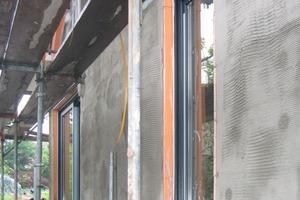 Links: Dämmen mit Resol-Hartschaum: Eine 16 cm dicke Schicht bei einer Dämmleistung, die sich dem Passivhausniveau nähert<br />