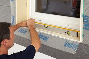 Die Keilplatte unter der Fensterbank ist Dämmung und zweite Dichtebene zugleich. Sie sorgt für Sicherheit bei Schlagregen