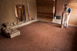 Gestampfter Lehm für den Fußboden<br />