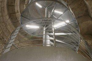 Zweiter Rettungsweg: Im Südturm bauten die Handwerker eine neue Stahltreppe in das Auge der originalen Natursteintreppe