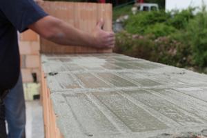Nach maximal drei Minuten können die nächsten Mauersteine aufgelegt und ausgerichtet werden