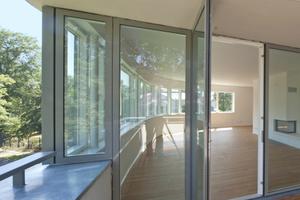 Eine nach außen öffnende Tür führt auf die Terrasse