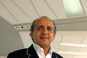 Hadi Teherani vor einem der von ihm gestalteten Deckensysteme<br /><br />
