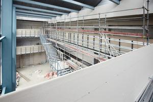 """Die """"Schulstraße"""" während der Bauarbeiten: Die umlaufende Brüstung erhielt eine erste Lage aus Bauplatten RB<br />"""