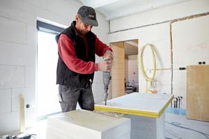 Die Innendämmung aus Aerowool lässt sich auf der Baustelle zuschneiden und bohren<br />Foto: Rockwool<br />