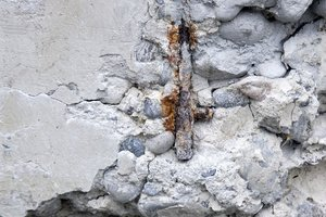 Ein durchaus übliches Schadensbild an alten, aus Stahlbeton errichteten Balkonen: Die Bewehrung liegt frei und rostet vor sich hin. Abhilfe schafft hier ein Produkt, das den Korrosionsstrom unterdrückt