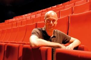 Thomas Wieckhorst, verantwortlicher Redakteur, im 2010 eröffneten neuen Theater in Gütersloh<br />Kontakt: 05241/801040, thomas.wieckhorst@<br />bauverlag.de<br />