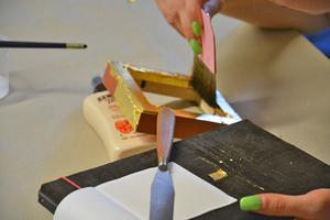 """Historische Handwerks- und Sanierungstechniken wie zum Beispiel Vergolden werden in der Werkstatt der Propstei Johannesberg eingeübt und in Projektarbeiten angewendet<span class=""""bildnachweis"""">Foto: Propstei Johannesberg</span>"""