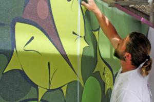 """Tapezieren an der Fassade: Die Bahnen des 12 m x 5,75 m großen Kastanienbaum-Motivs wurden Stoß an Stoß in das Kleberbett eingelegt<span class=""""bildnachweis"""">Fotos: Rudolf Süß oHG Malerei &amp; Gerüstbau</span>"""