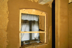 Eine knifflige Aufgabe war die Nachbildung der alten Fensterlaibungen mit Rundbogen aus Cellulose und Lehmputz