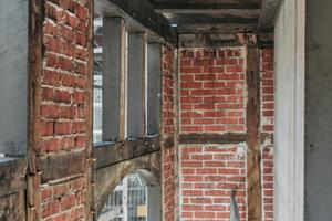 Blick in die Remise: Links im Bild das mit Ziegel gefüllte Fachwerk, recht der Stahlbeton das Aufzugsschachtbaus<br />