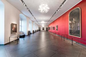 Links: Abgehängte Decke aus Gipsfaserplatten in der Fürstengalerie
