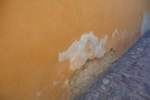 Schadensbild. Kapillar eindringende Feuchte lässt Kalk- und Salzausblühungen entstehen