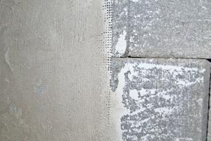 Links: Ein Armierungsgewebe sorgt an Anschlussbereichen wie Fenstern und Türen für erhöhten Risswiderstand