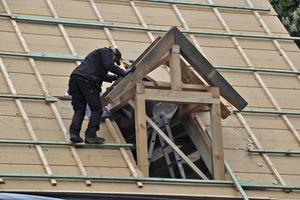 """Den im Bestand auf der Gebäudevorderseite bereits vorhandenen Zwerggiebel """"kopierten"""" die Zimmerleute in verkleinerter Form als Gauben<br />"""