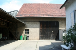Der Erhalt des ursprünglichen Gesamtbildes war den Bauherren sehr wichtig. Deshalb wurden Dachform und Neigung beibehalten und auch das neue Eingangselement an der Südfassade trägt dazu bei, den ursprünglichen Charakter der Scheune zu bewahren
