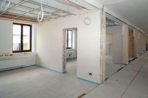 In der Büroetage im zweiten Obergeschoss des Rathauses waren die Mitarbeiter des Stuckateurbetriebs Köhler Putz GmbH sowohl für die Trockenbau- als auch für die Innendämm- und Putzarbeiten zuständig<br />