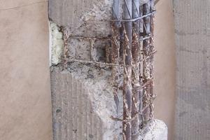 Freigelegte, korrodierte Bewehrungseisen eines Pilasters<br />