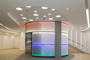 Anspruchsvoll gestaltete Decken befinden sich nicht nur in den Büroräumen, sondern unter anderem auch im Treppenhaus ...