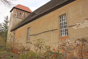 Kirche in Biederitz vor der Sanierung: der Putz an der Fassade ist abgeblättert Fotos: Matthias Jacob